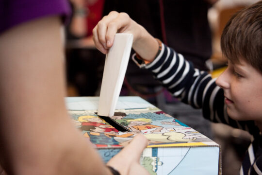 KjG Wahlrchta b geburt Kind steckt Zettel in Wahlurne