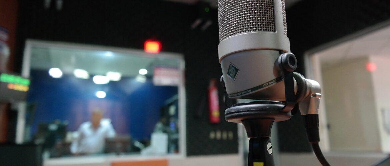 Studiomikro vor Regiefenster