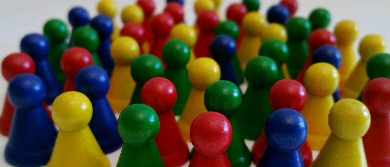 Spielfiguren aus Holz in vielen Farben